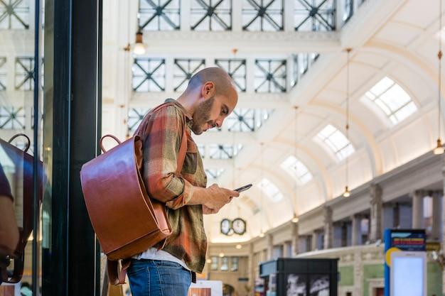 Froschperspektive mann mit telefon
