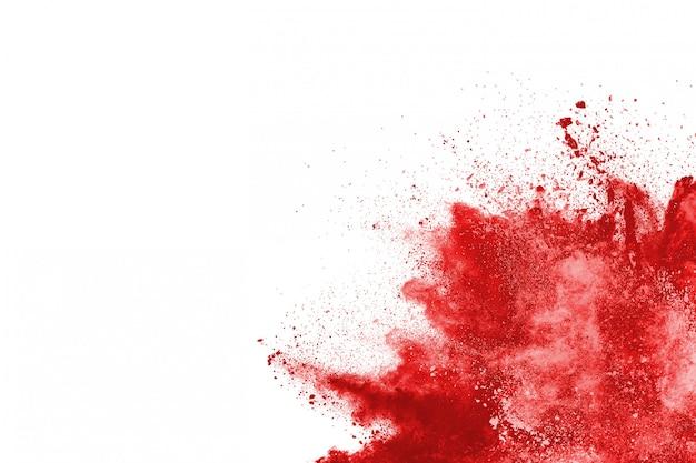 Frostbewegung des explodierenden roten pulvers, lokalisiert auf weißem hintergrund.