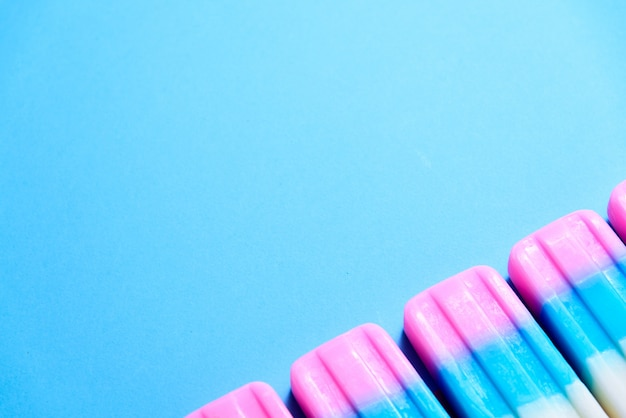 Frucht-eiscreme-stock, eis am stiel, eisknall oder gefrierfachknall auf blauem pastellhintergrund