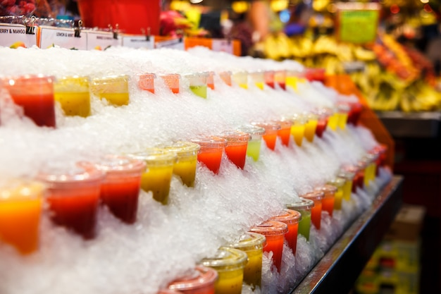 Frucht-smoothies werden auf dem markt in eis gekühlt. gesunder lebensstil. richtige ernährung