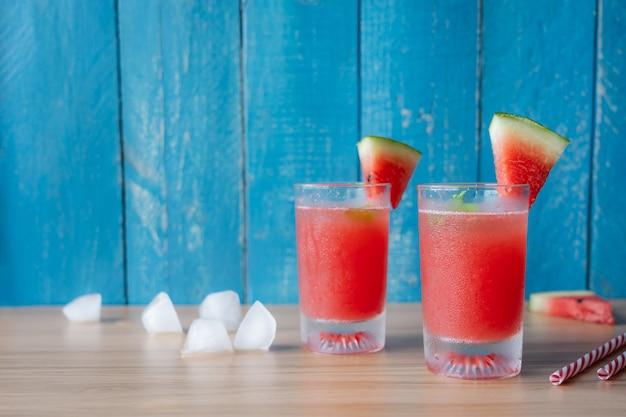 Frucht tropisch mit getränk mit frühlingssommerferien- und -ferienhintergrundkonzept