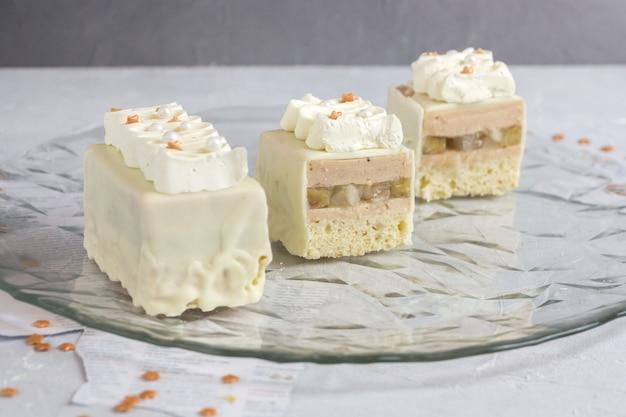 Frucht-vanille-kuchen mit streuseln verziert