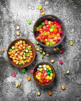 Frucht viele süßigkeiten. auf einem rustikalen hintergrund.