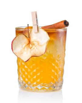 Fruchtalkoholcocktail mit der apfel- und zimtstange lokalisiert