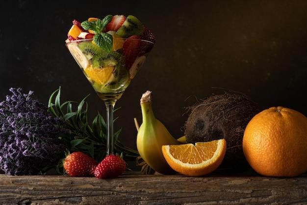 Fruchtcocktail im martini-glas auf holztisch.