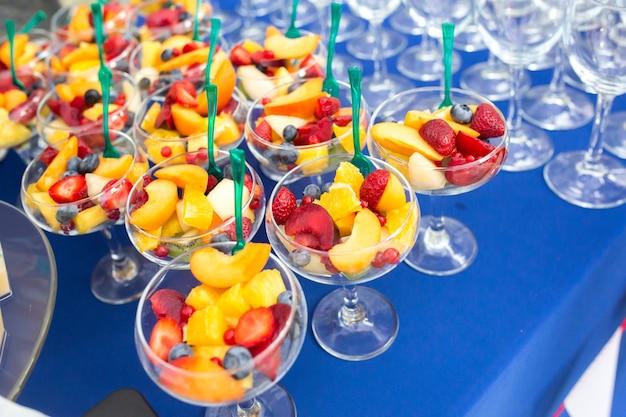 Fruchtdesserts auf dem tisch für eine festliche veranstaltung oder ein abendessen