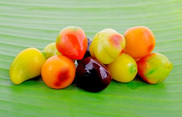 Fruchtförmige mungobohnen in gelee, löschbare imitationsfrüchte oder kanom look choup in thai