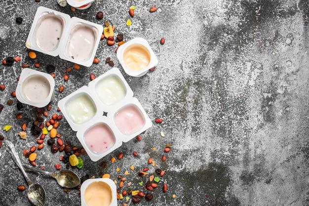 Fruchtfrischer joghurt. auf einem rustikalen hintergrund.
