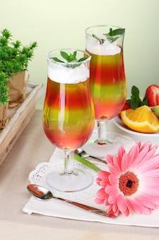 Fruchtgelee in gläsern und früchten auf dem tisch im café
