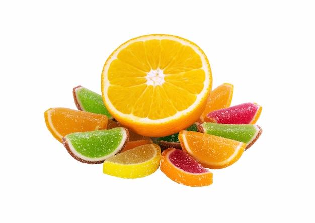 Fruchtgelee-zuckersüßigkeiten lokalisiert auf weiß
