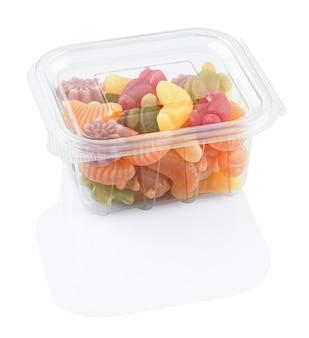 Fruchtgelees marmelade in einer plastiknahrungsmittelbox, lokalisiert auf einem weißen hintergrund