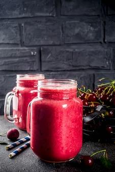 Fruchtiges vitamingetränk. hausgemachter kirsch-smoothie