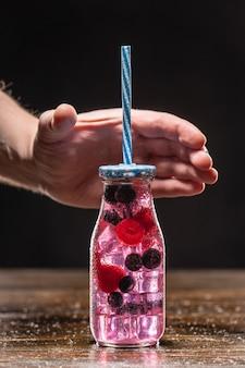 Fruchtinfusor-wasserflasche mit strohhalm und früchten