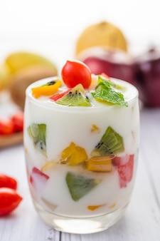 Fruchtjoghurt-smoothie im glas.