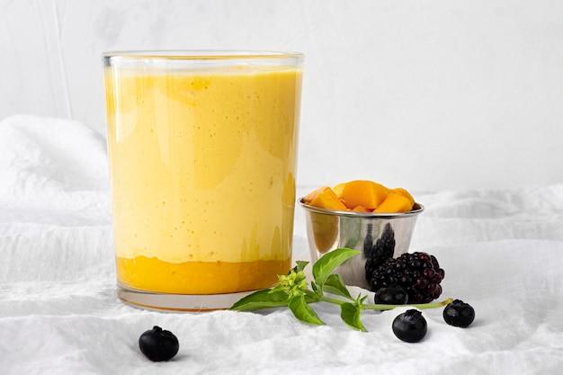 Fruchtjoghurtglas auf weißem stoff