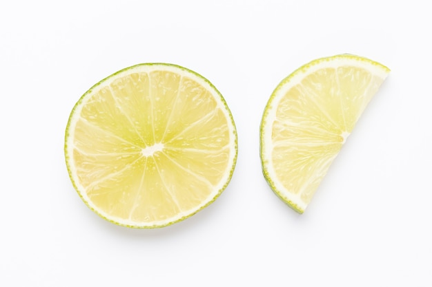 Fruchtkalkmuster. lebensmittelhintergrund. frische zitrusfrüchte in einem weißen hintergrund. flach liegen.