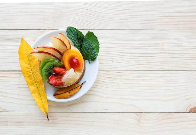 Fruchtkuchen auf weißer platte
