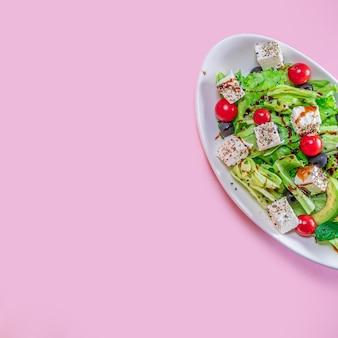 Fruchtkürbis-apfel-karotten-ingwer-salat gesund auf farbigem hintergrund hände saft lecker
