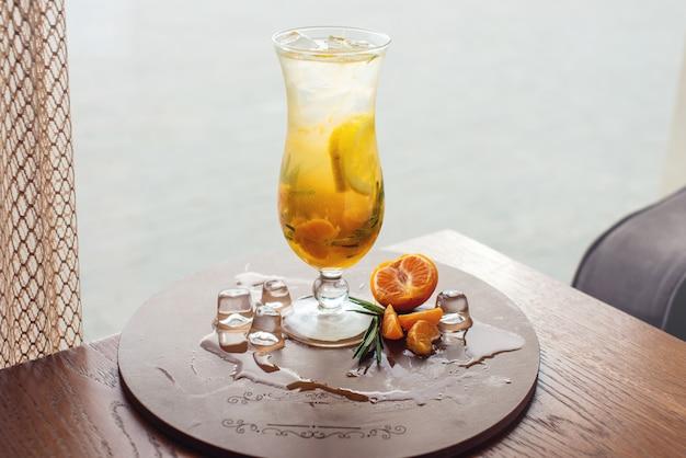 Fruchtlimonade im hurrikan mit orangenminze und limette