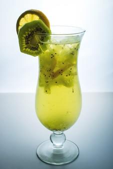 Fruchtlimonade im hurrikanglas mit kiwi und zitrone