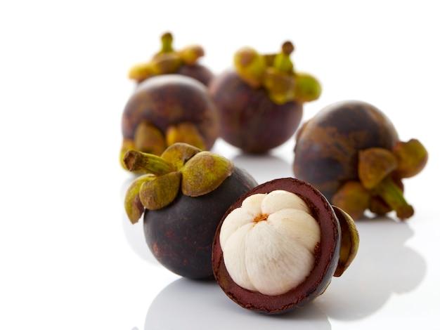 Fruchtmangostanfrucht auf weißem hintergrund