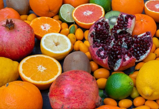 Fruchtmischorangen, mandarinen, zitronen, limette, kiwi und granatapfel liegen
