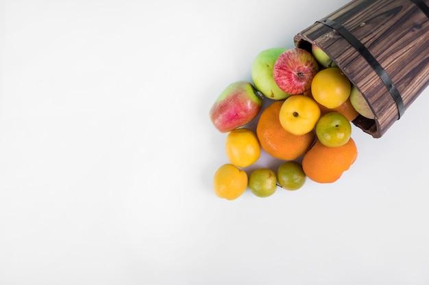 Fruchtmischung aus einem holzeimer.