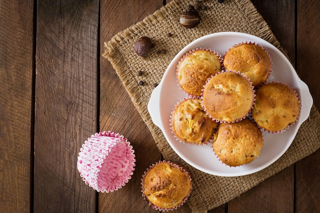 Fruchtmuffins mit muskatnuss und piment auf einem holztisch