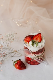 Fruchtpudding mit mandarine in einer transparenten tasse auf dem tisch