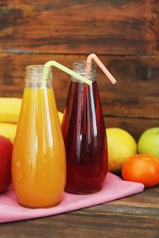 Fruchtsaft in glasflaschen, sommergetränke.