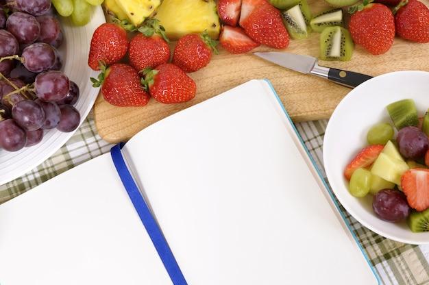 Fruchtsalat mit blauem kochbuch