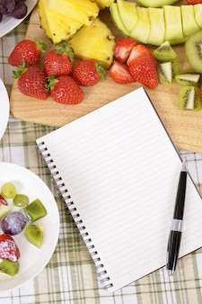 Fruchtsalat mit notizbuch