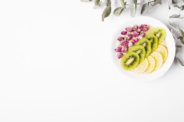 Fruchtscheiben auf weiß.