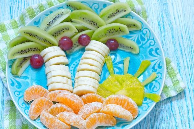 Fruchtsnack für kinder mit kiwi, banane und mandarine