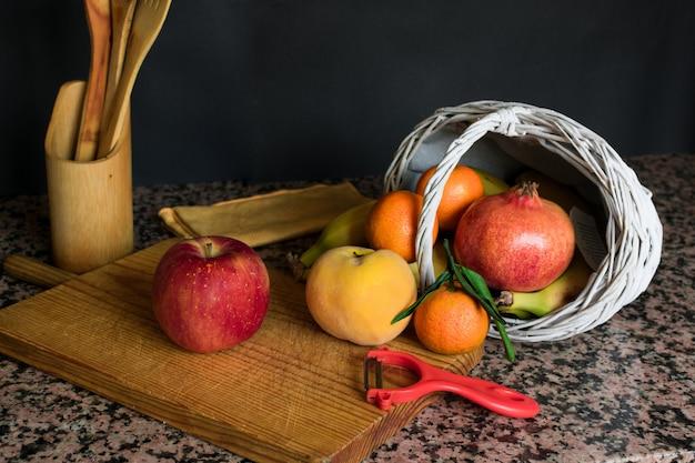 Fruchtstillleben mit einem weißen korb