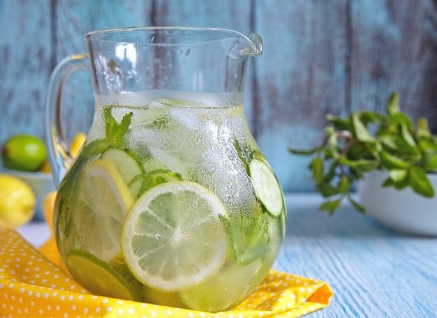Fruchtwasser im glaskrug