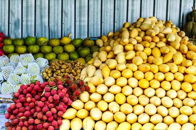 Früchte am straßenmarkt für touristen, mango, orange, longkong, longan, litschi, drachenfrucht
