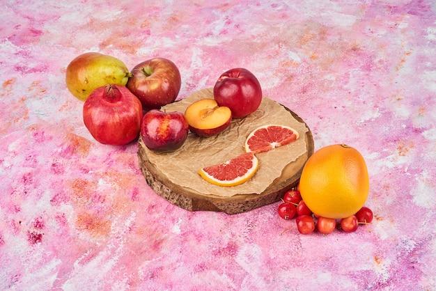 Früchte auf einem holzbrett.