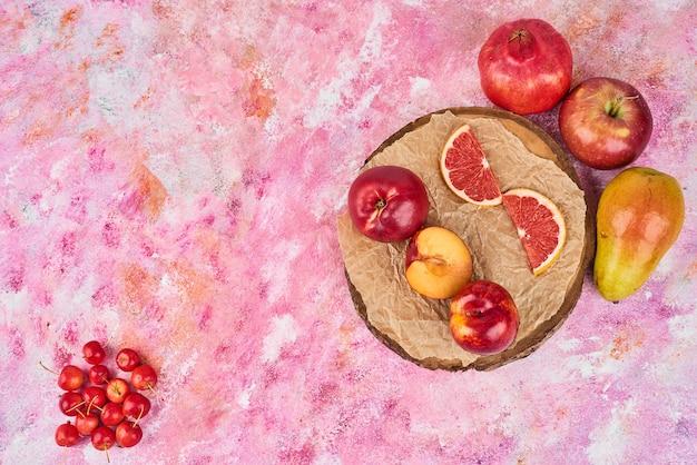 Früchte auf holzplatte.
