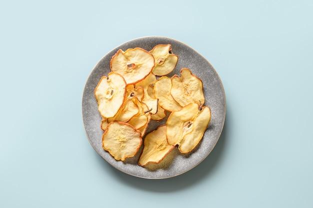 Früchte birnenchips auf blauem hintergrund veganer nachtisch zuckerfrei draufsicht