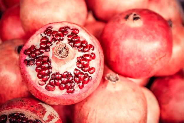 Früchte des roten reifen granatapfels