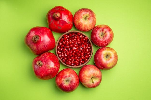Früchte die appetitlichen granatäpfel äpfel schale mit granatapfelkernen