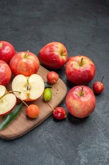 Früchte früchte beeren auf dem brett neben den äpfeln