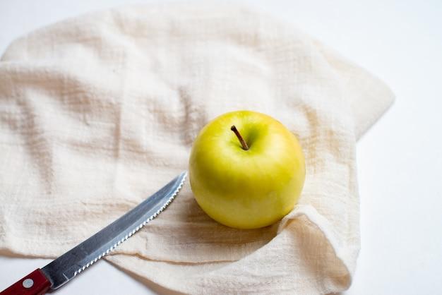 Früchte für die gesundheit, frische früchte, fitnessfrüchte, roter und gelber apfel