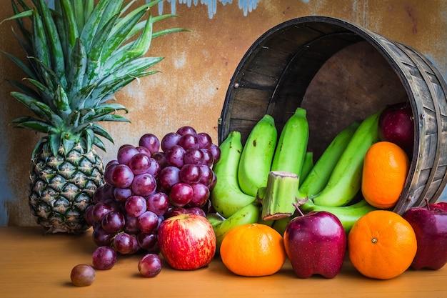 Früchte im korb am stiel