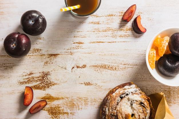 Früchte in der nähe von getränken und gebäck