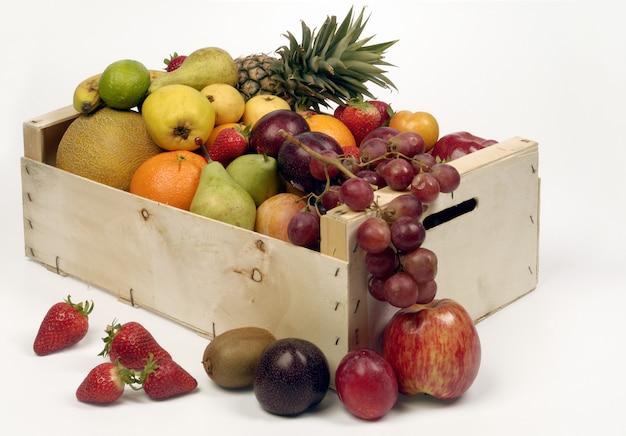 Früchte in der woodden kiste lokalisiert auf weiß, hintergrund
