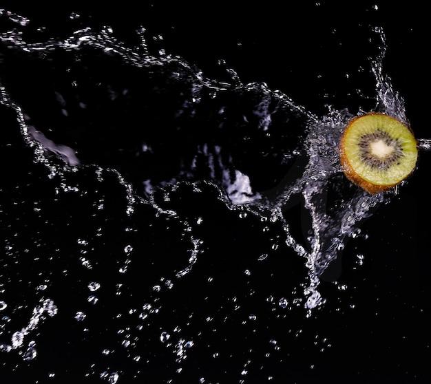 Früchte in wasser kiwi