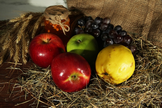 Früchte mit marmelade und stacheln auf dem tisch auf sackleinen