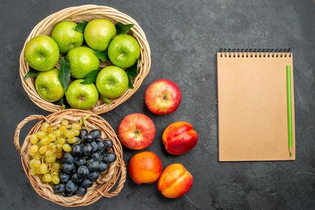 Früchte notizbuch bleistift äpfel und trauben im korb und nektarinen